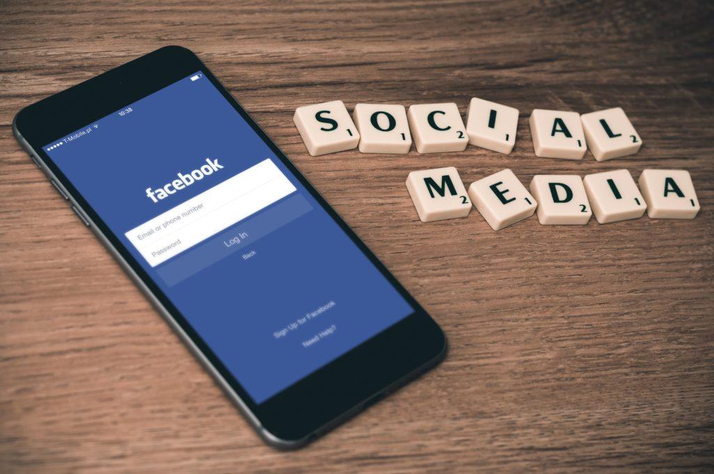 Social Media Buttons, Handy mit Scrabble Buchstaben